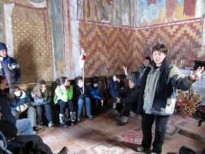 Annalisa Cioffi che ci guida all'osservazione dei dipinti nella chiesa di santa Margherita