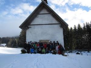 Foto di gruppo all'esterno della chiesetta di santa Margherita